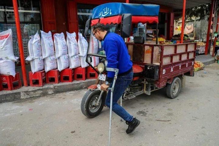 شاب من غزة  فقد ساقه وعينه يعمل على نقل البضائع للمحلات التجارية