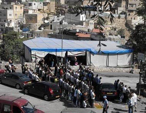 صلاة جمعة  في حي البستان المهدد بالهدم جنوب المسجد الأقصى