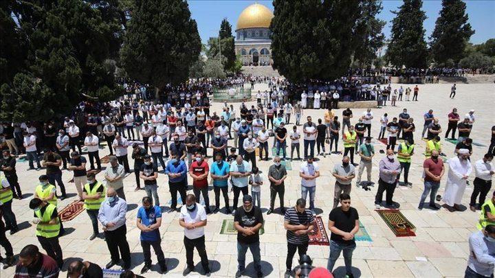 """رغم المعيقات.. 30 ألف مصل يؤدون """"الجمعة"""" في رحاب المسجد الأقصى"""