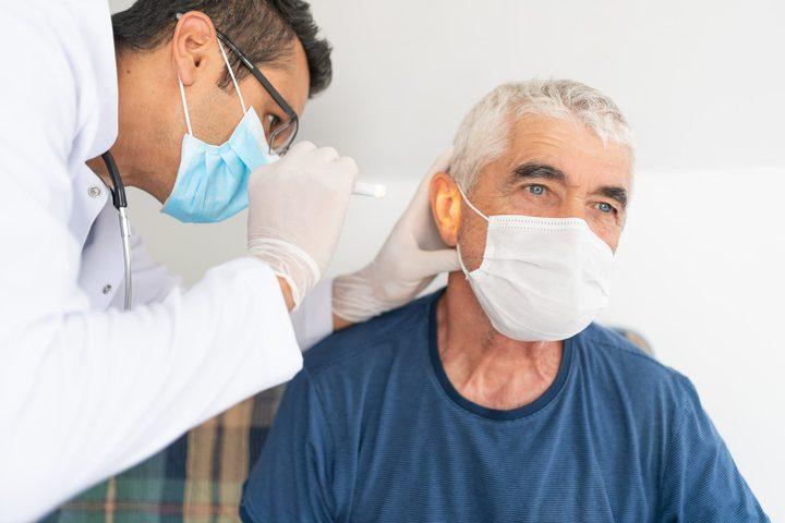 """دراسة جديدة تكشف أحدث """"كوارث كورونا"""".. وتأثيره على الأذن"""