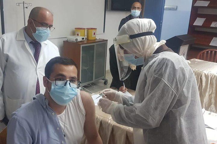 الكوادر الطبية بمجمع فلسطين الطبي برام الله تتلقى لقاح كورونا