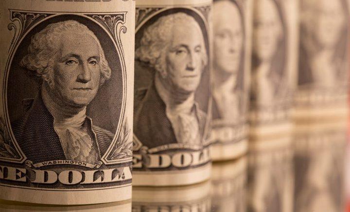 الدولار الأمريكي يظل قرب ذروة 4 أشهر