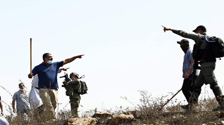 مستوطنون يعتدون على مزارعين في كفر الديك