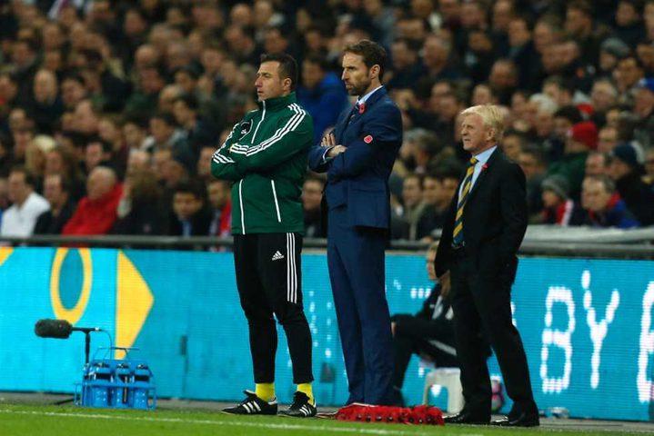 مدرب منتخب إنجلترا يدعو لاعبيه للاقتداء بتييري هنري