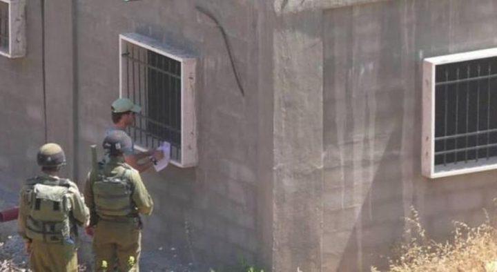 الاحتلال يخطر بوقف البناء في جدار استنادي ببلدة تقوع شرق بيت لحم