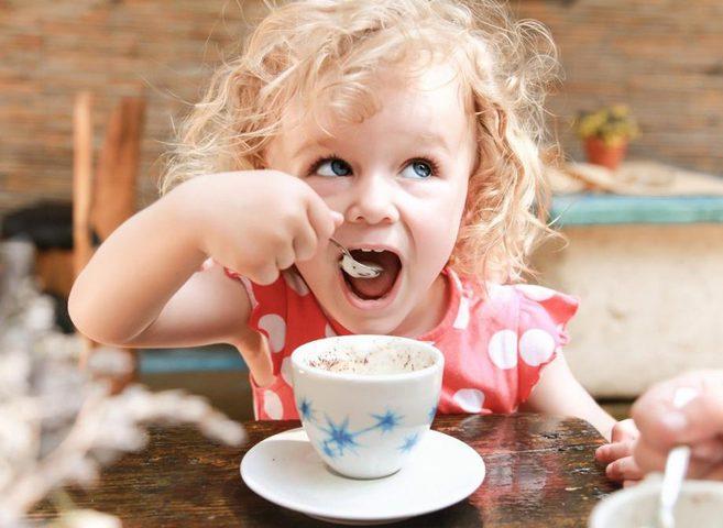 هل تؤثر القهوة على طول قامة الأطفال؟