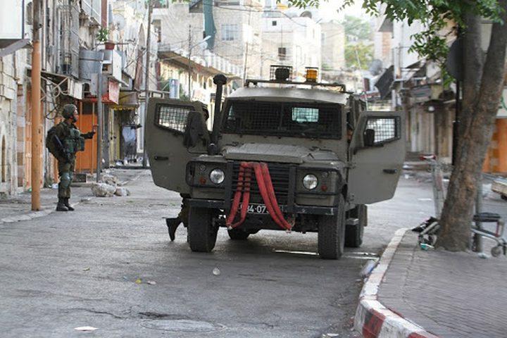 الاحتلال يعتقل مواطنا ويعتدي على آخرين في الخليل