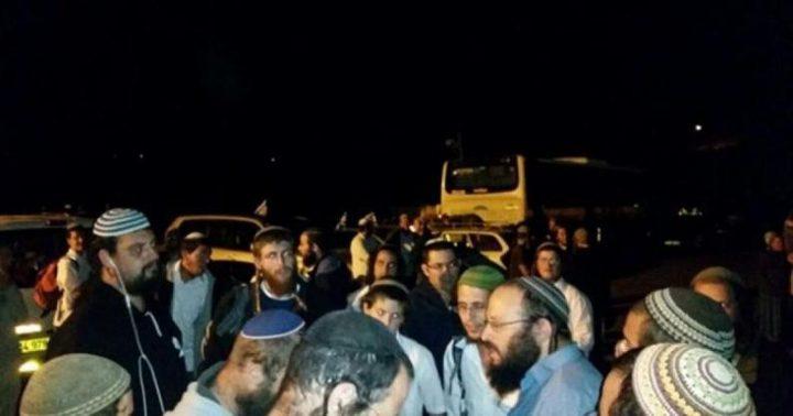 مستوطنون يعتدون بالضرب على مواطنة وابنتها وسط الخليل
