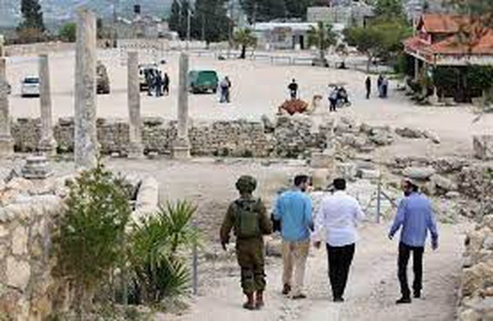 مستوطنون يعتدون بالضرب على رئيس بلدية سبسطية