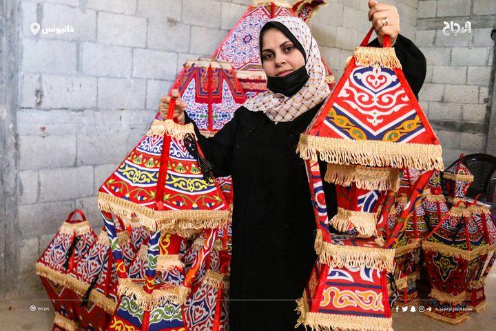 الزوجان خالد وغدير زنداح ٤٠ عاما، يعملان على صناعة زينة وفوانيس #رمضان داخل منزلهم في مخيم #خانيونس للاجئين جنوب قطاع غزة، في محاولة منهم لتحسين ظروفهم المعيشية، وإعالة أطفالهم الثلاثة،  في ظل الحصار الإسرائيلي المستمر على قطاع #غزة وتدهور الأوضاع الاقتصادية.