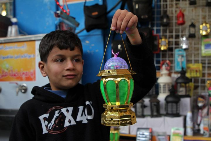 أسواق غزة تتزين بأجمل الفوانيس وحبال الزينة لاستقبال شهر رمضان المصدر : وكالة شينخوا