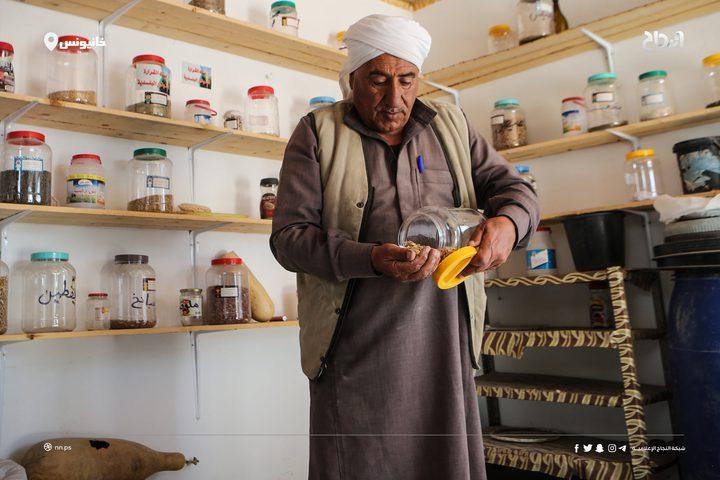 مزارع من غزة يعمل على تجميع اصناف البذور الزراعية