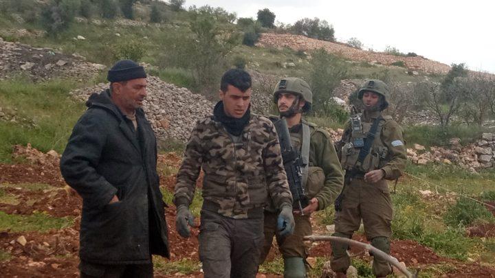 قوات الاحتلال تجبر مزارعا وعائلته على مغادرة أرضهم في بيت أمر