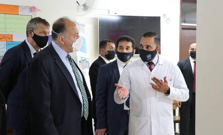 السفير الأميركي في عمان يزور المركز الصحي في مخيم البقعة