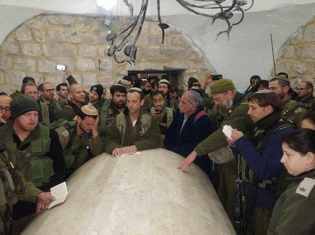 """عشرات المستوطنين يقتحمون """"قبر يوسف"""" بنابلس"""