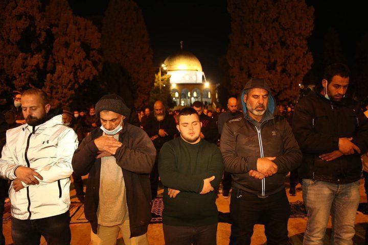 المقدسيون يؤدون صلاتي العشاء والتراويح في رحاب المسجد الأقصى المبارك