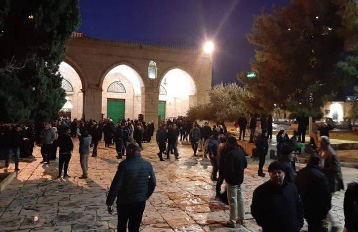قوات الاحتلال تهاجم المصلين وتعتقل عددا من الشبان