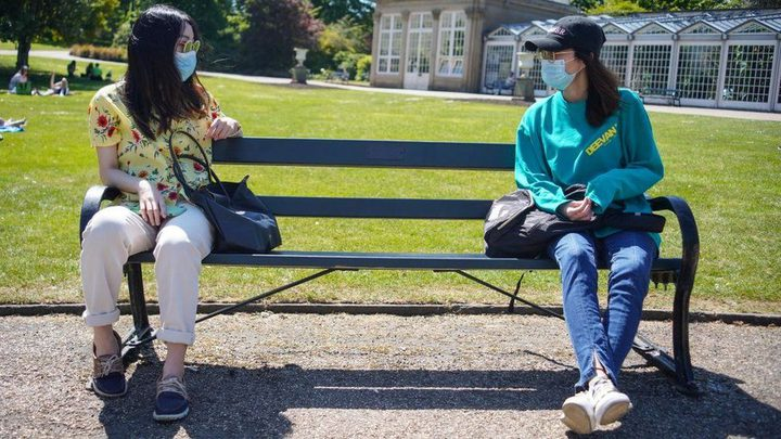 عالم فيروسات يحذر من خطورة الاقتراب من الشخص عند الحديث