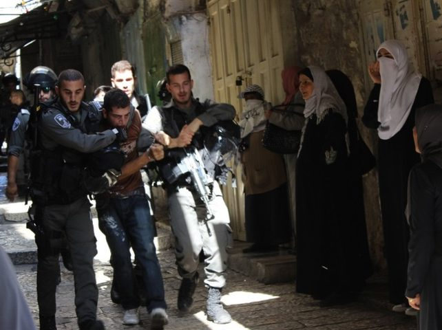 اعتقال 8 شبان من الأقصى ومواجهات في عدة أحياء مقدسية