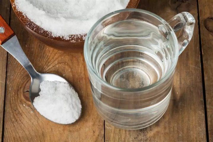 هل المضمضة بالماء والملح تفطر الصائم؟
