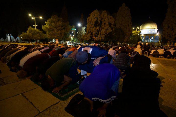 مقدسيون يؤدون صلاتي العشاء والتراويح في رحاب المسجد الأقصى