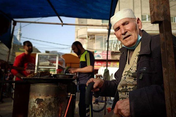 """أقدم بائعي الفلافل في رفح .. المُسن خليل موسى (75عامًا) من مخيم """"كندا"""" بحي تل السلطان غربي رفح"""