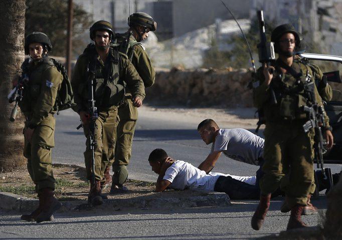 الاحتلال يعتقل مواطنين من الخليل