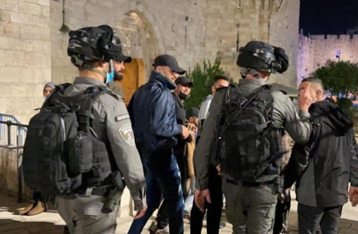 الاحتلال يعتقل شابين في منطقة باب العمود