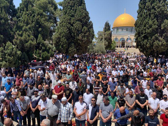 الاف المصلين يؤدون صلاة الجمعة في المسجد الأقصى
