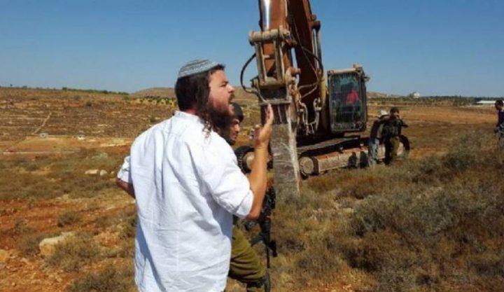 مستوطنون يقتحمون أراضي زراعية شرق الخليل