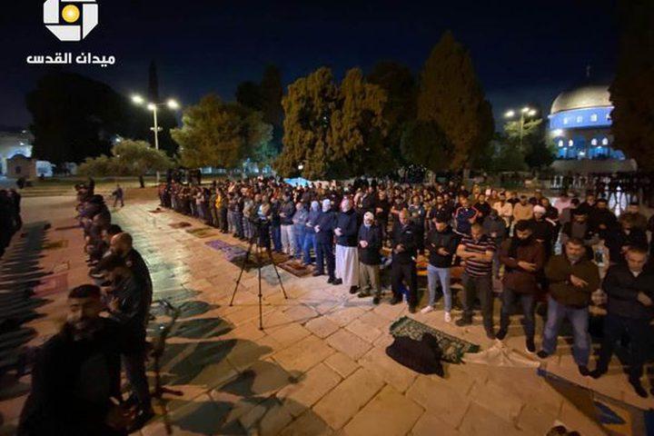 آلاف المصلين يؤدون صلاتي العشاء والتراويح في ساحات المسجد الأقصى المبارك