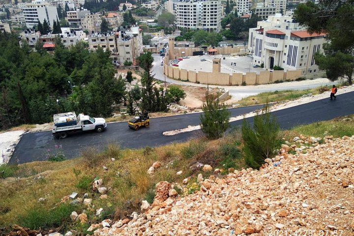 تعبيد شارع مستشفى الهلال الأحمر الذي تم تخصيصه لعلاج مرضى كورونا بتكلفة 100 ألف شيكل من صندوق بلدية نابلس