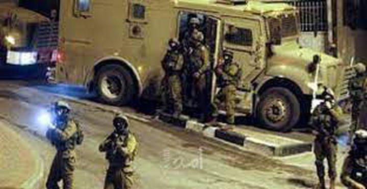 قوات الاحتلال تعتقل شابين على حاجز قلنديا