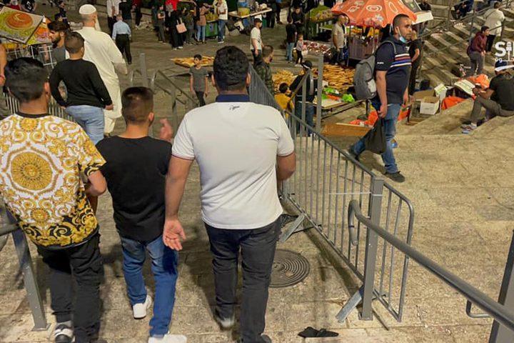 قوات الاحتلال تعيد جزء من السواتر الحديدية في منطقة باب العامود بمدينة #القدس