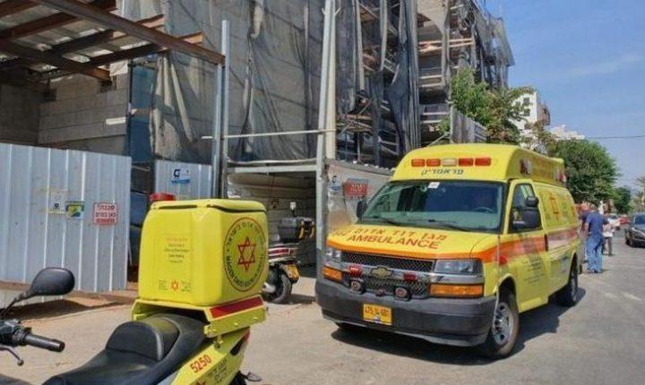 إصابة عامل سقط من علو خلال عمله