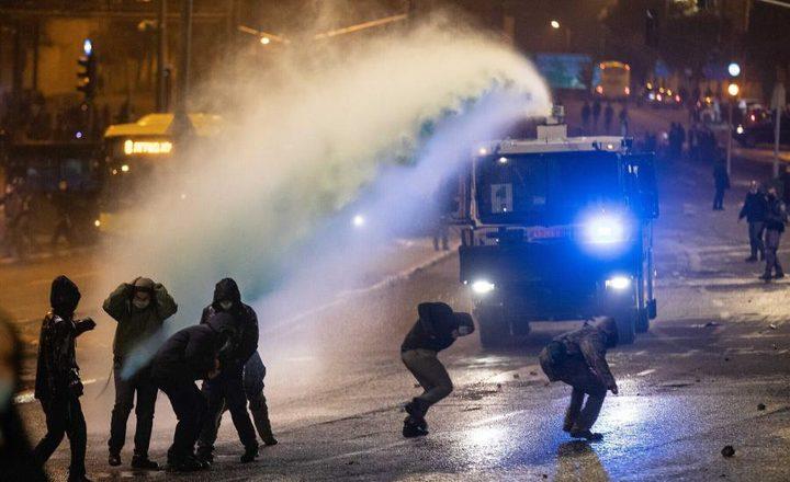 قوات الاحتلال تعتدي على المعتصمين في حي الشيخ جراح