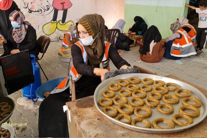 """""""كعك المبادرون"""" مبادرة نسائية في رفح لتجهيز الكعك وتوزيعه على الأسر الفقيرة"""