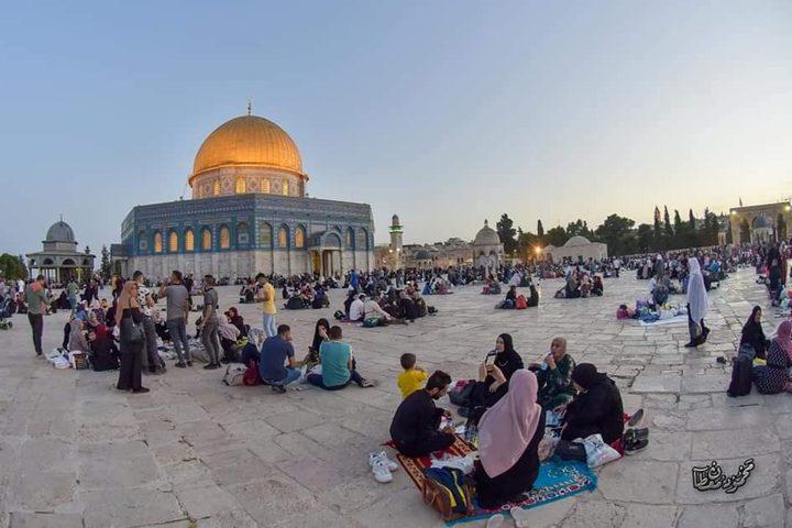 الإفطار في باحات المسجد الأقصى المبارك تصوير: محمود معطان