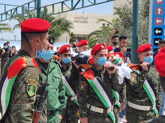 مراسم عسكرية في وداع الشهيد عودة
