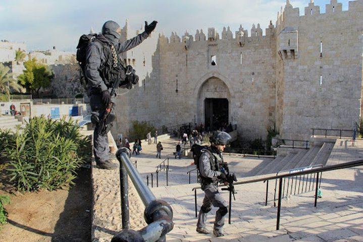الاحتلال يغلق باب العامود وعدة أحياء في القدس الأحد