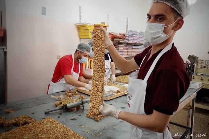 مصانع الحلقوم بغزة تجهز منتجاتها قبيل عيد الفطر
