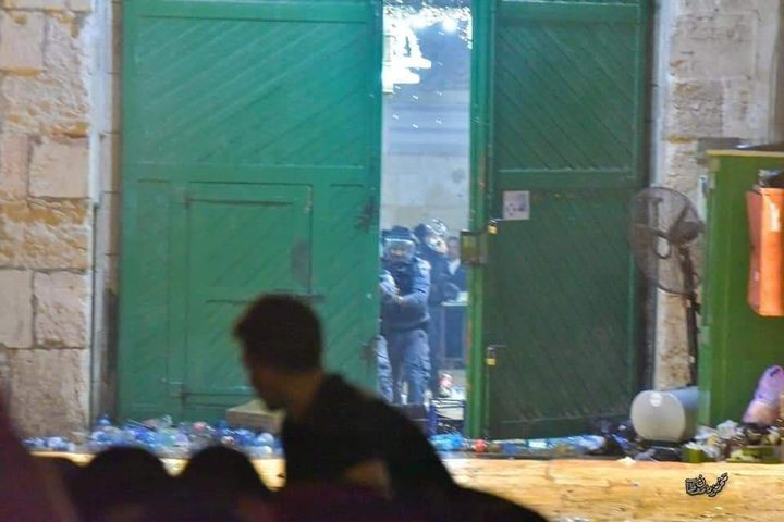 اعتداءات قوات الاحتلال الهمجية بحق المصلين في المسجد الأقصى