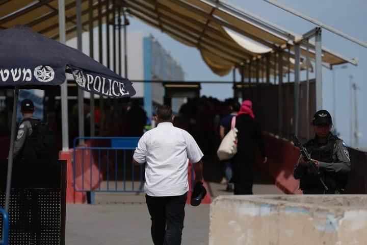 مواطنون يعبرون حاجز قلنديا باتجاه القدس لأداء صلاة الجمعة الأخيرة من رمضان في المسجد الأقصى