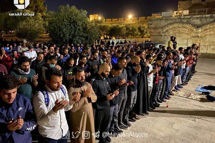 مقدسيون يؤدون صلاة التراويح أمام مصلى باب الرحمة