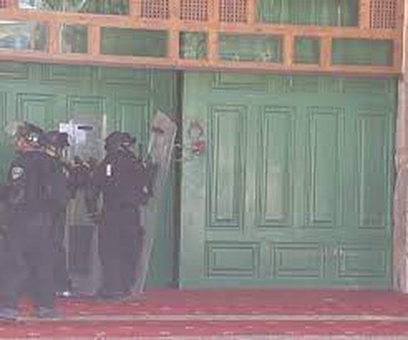 الاحتلال يغلق المصلى القبلي ويمنع الأطباء من الوصول للمصابين