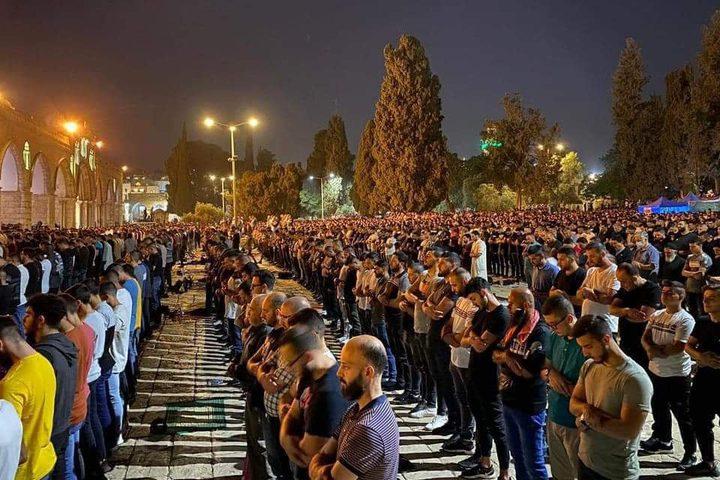 90  الف مصل يؤدون صلاة التراويح ويحيون ليلة القدر في المسجد الأقصى المبارك