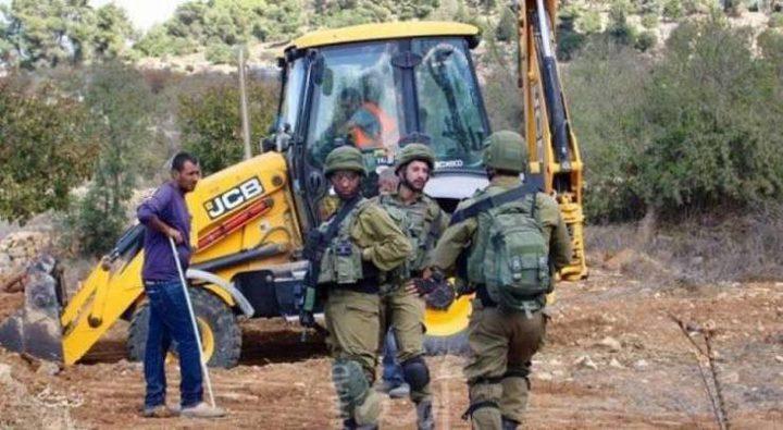 الاحتلال يستولي على مركبة وحفار جنوب الخليل