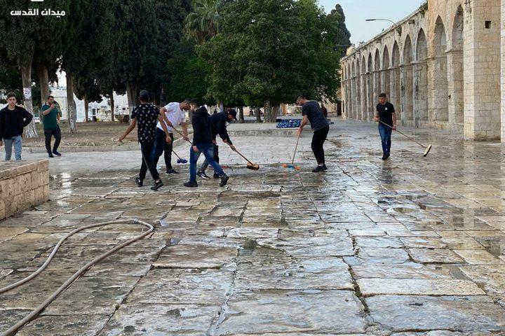 المقدسيون ينظفون ساحات الأقصى بعد إعماره ليلة القدر بالآلاف