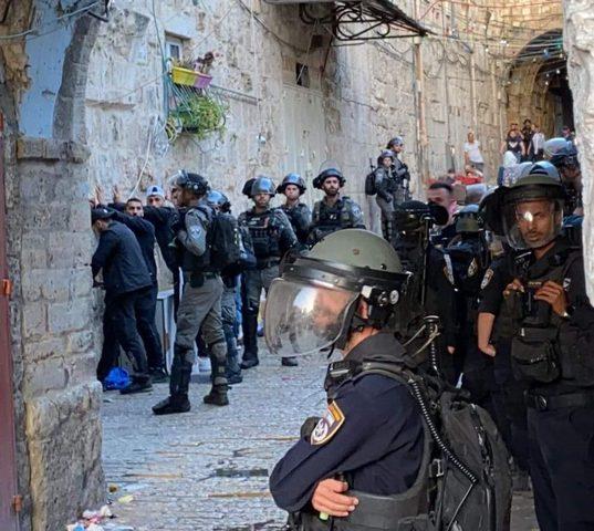 10 إصابات جراء اعتداء الاحتلال على المصلين لدى خروجهم من الأقصى