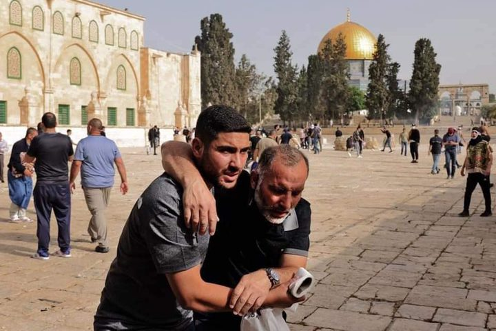 جانب من اعتداء قوات الاحتلال على المقدسيين المتواجدين داخل ساحات #المسجد_الأقصى المبارك